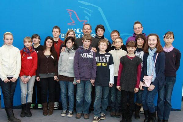 Die ganze Gruppe mit allen Schülerzeitungsredakteuren und Herrn Platzeck