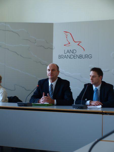 Innenminister Dietmar Woidke (l.), Pressesprecher Matthias Beigel (r.)