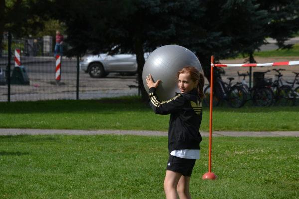 Gymnastikballrollen oder -werfen?