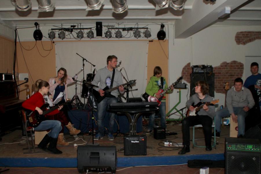 Die Mutglieder der Gruppe während sie gemeinsam musizieren