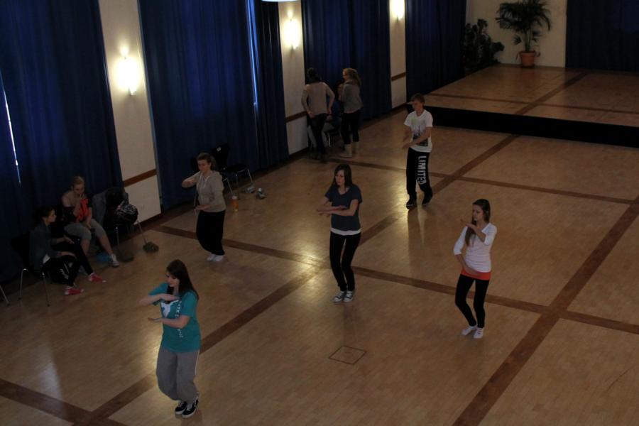 Die Gruppe beim Üben der komplizierten Tanzschritte