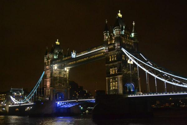 Die Tower Bridge bei Nacht
