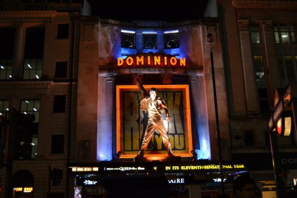 """Das Dominion Theater in dem """"We Will Rock You"""" gespielt wird"""
