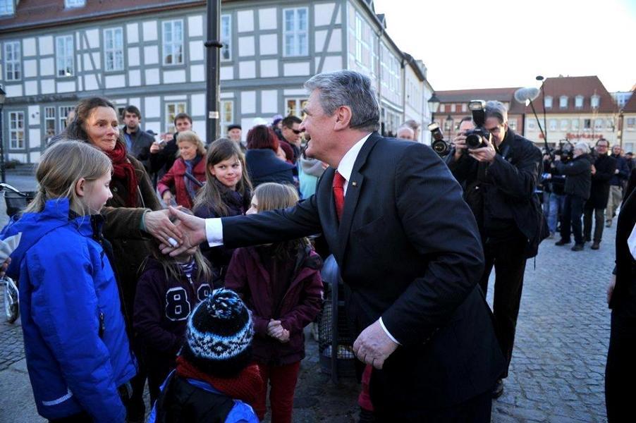 Herr Gauck begrüßt die Bürger