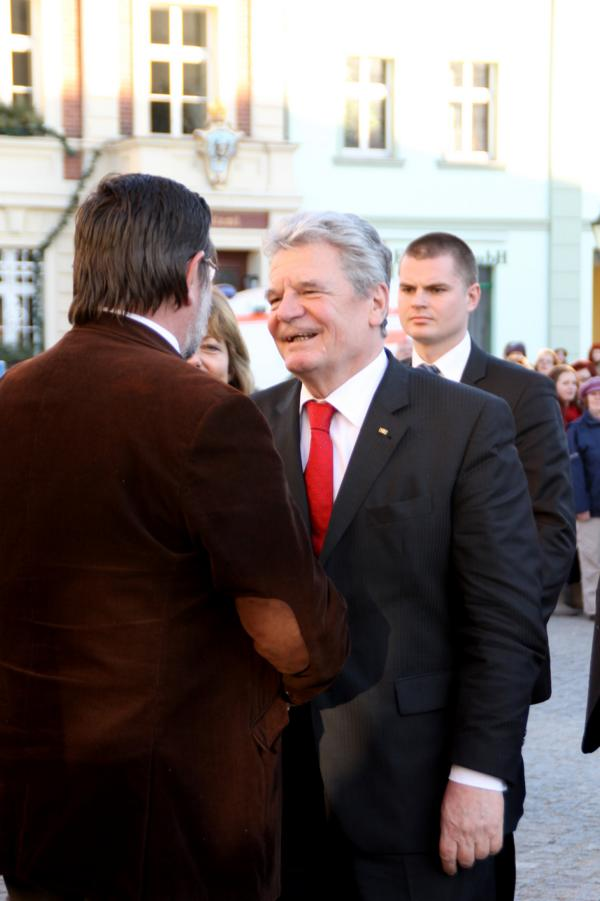 Herr Gauck begrüßt Landrat Dietmar Schulze
