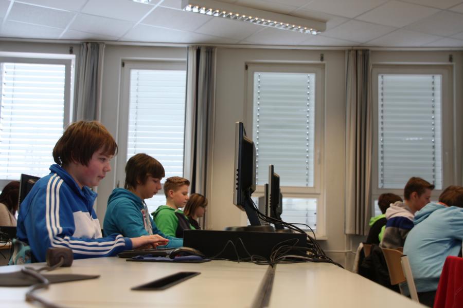 Schüler während sie sich der Arbeit am Computer widmen