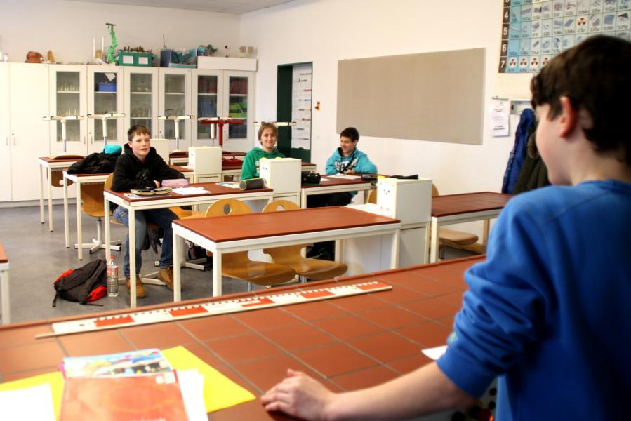 Schüler während einer Auflockerungsübung