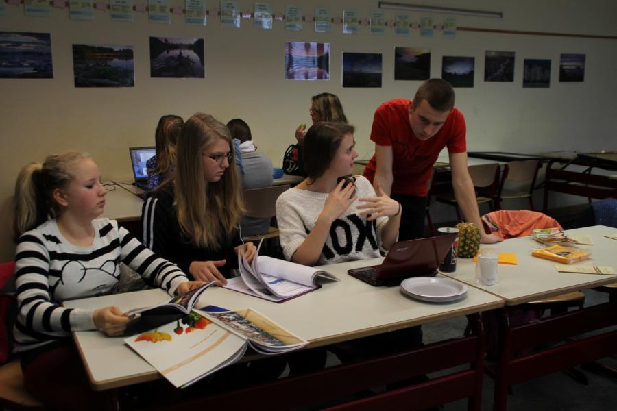 SchülerInnen bei der Recherche