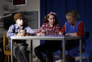 Schülerinnen spielen ein weihnachtliches Theaterstück