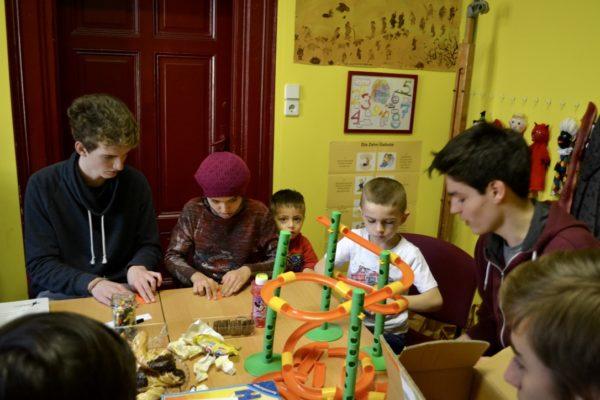In einem Zimmer können Kinder und Jugendliche gemeinsam spielen und basteln
